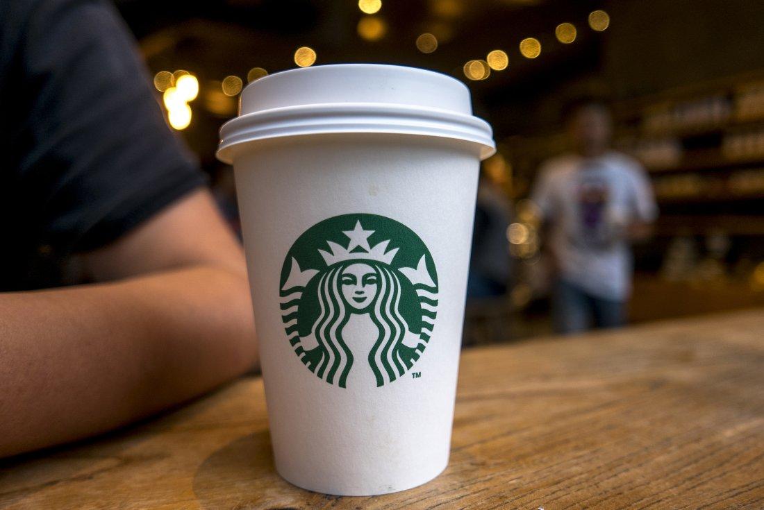 Eine Koalition aus 1.600 Organisationen fordert von Starbucks die Einhaltung des Versprechens, einen 100-prozentig recycelbaren Kaffeebecher zu entwickeln.