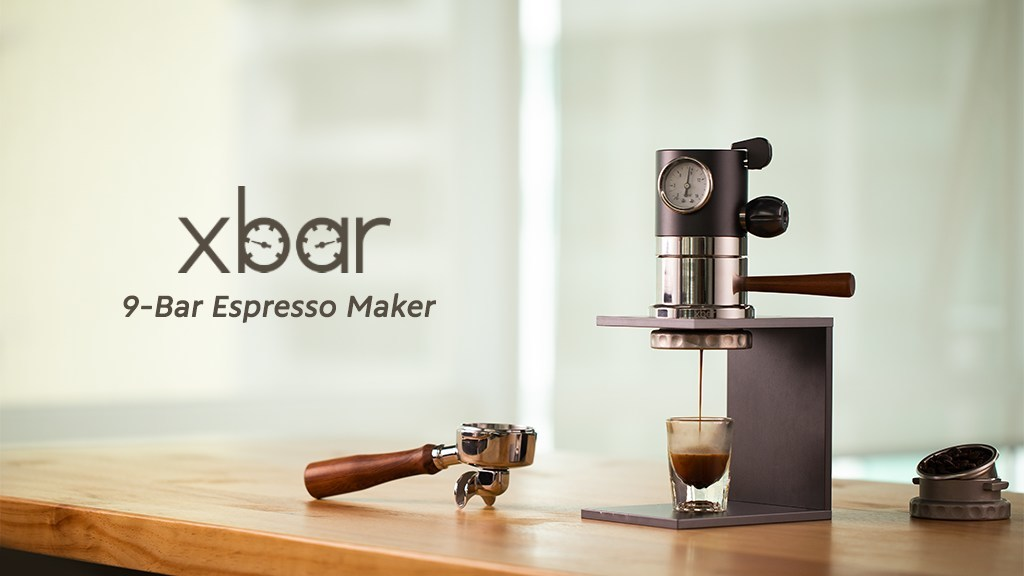 Die Xbar Espressomaschine auf einer Arbeitsplatte beim brühen eines Kaffees.  (Bild: Xbar/Kickstarter)
