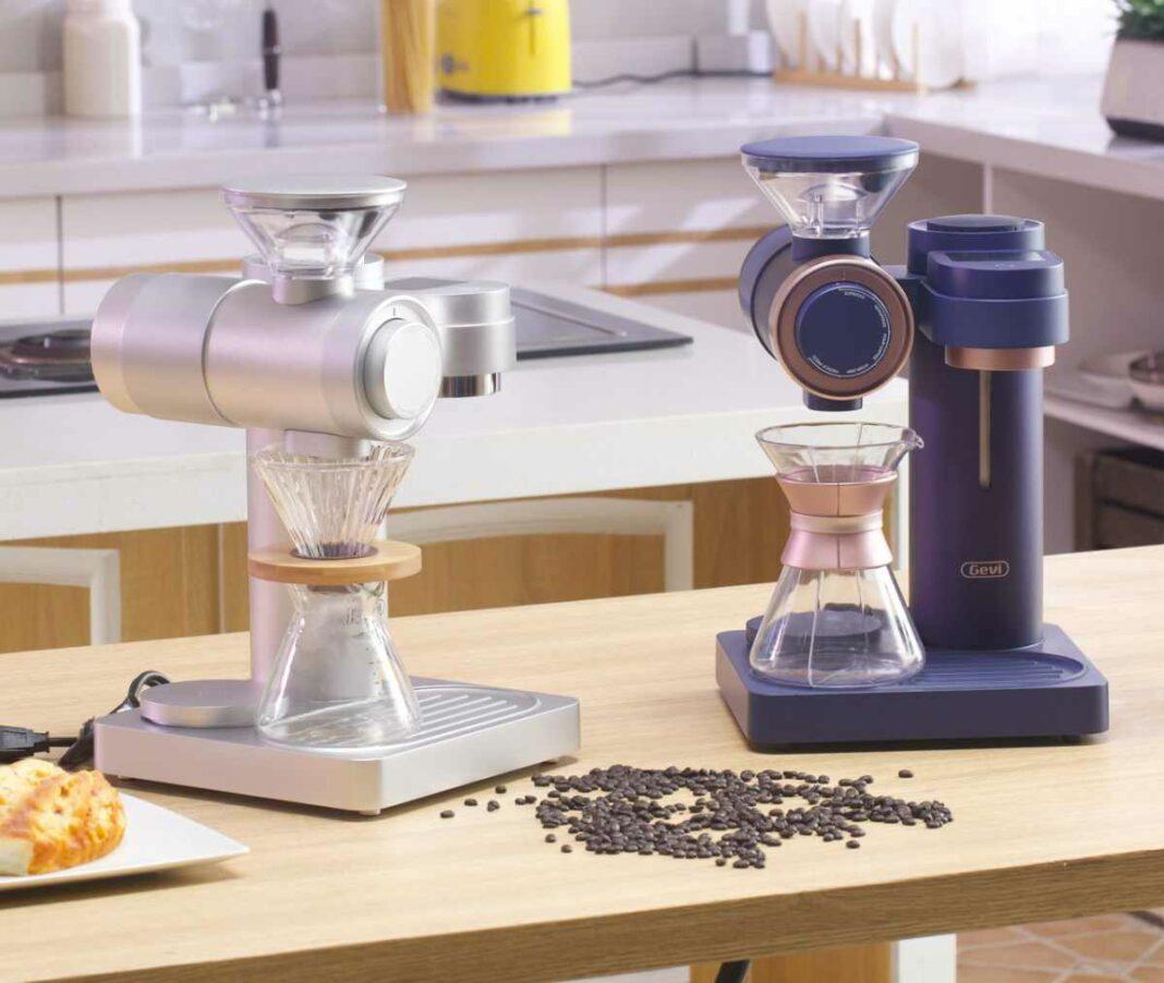 Eine silberne und eine blaue Gevi 2-in-1 Kaffee-Mühle & Kaffeemaschinen auf einem Tisch.